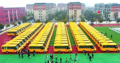 南京六合100辆新式校车启用 学生每年
