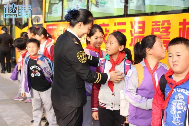 为学生提供乘车便利交运温馨校车再增7辆校车