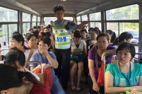 深圳一校车未年审且无证驾驶 车内超载坐满大妈