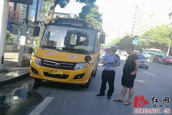 湖南株洲一校车逾期未年审 司机被交警处罚