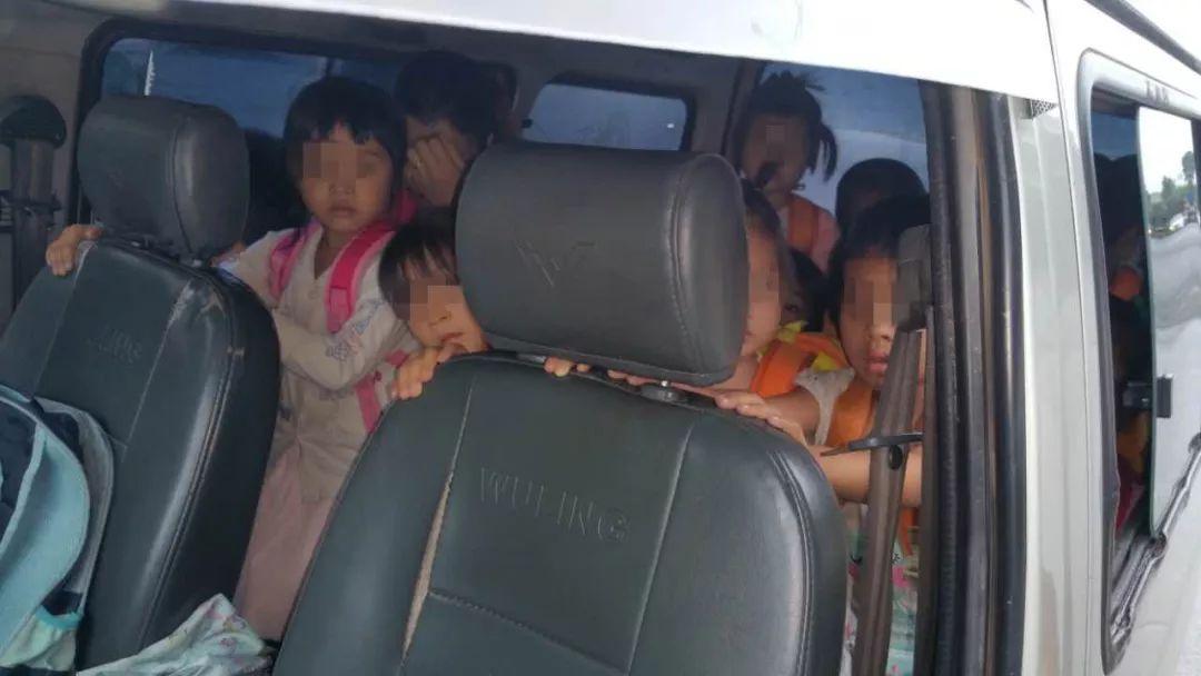 """核载8人 实载23人 """"黑校车""""驾驶人因危险驾驶罪被判拘役"""