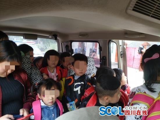 """幼儿园7座""""校车""""装进17个娃娃 司机是园长父亲"""
