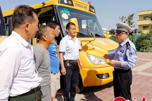 陕西西安:高新大队民警走进学校 开展道路安全宣传和校车安全检查