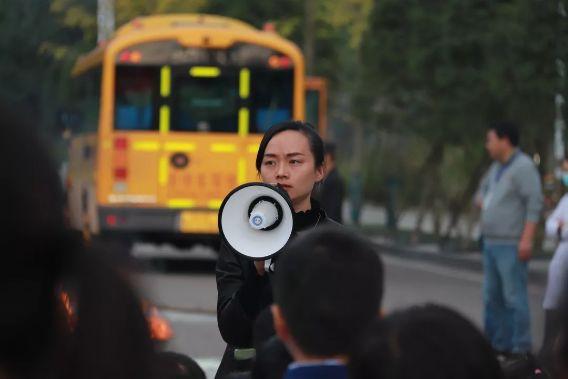 """校车""""起火""""!内江这所学校的孩子们都没慌乱..."""