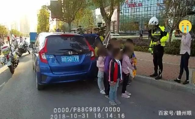 赣州查获一轿车严重超载,罚款两万,核载5人,实载客12人!