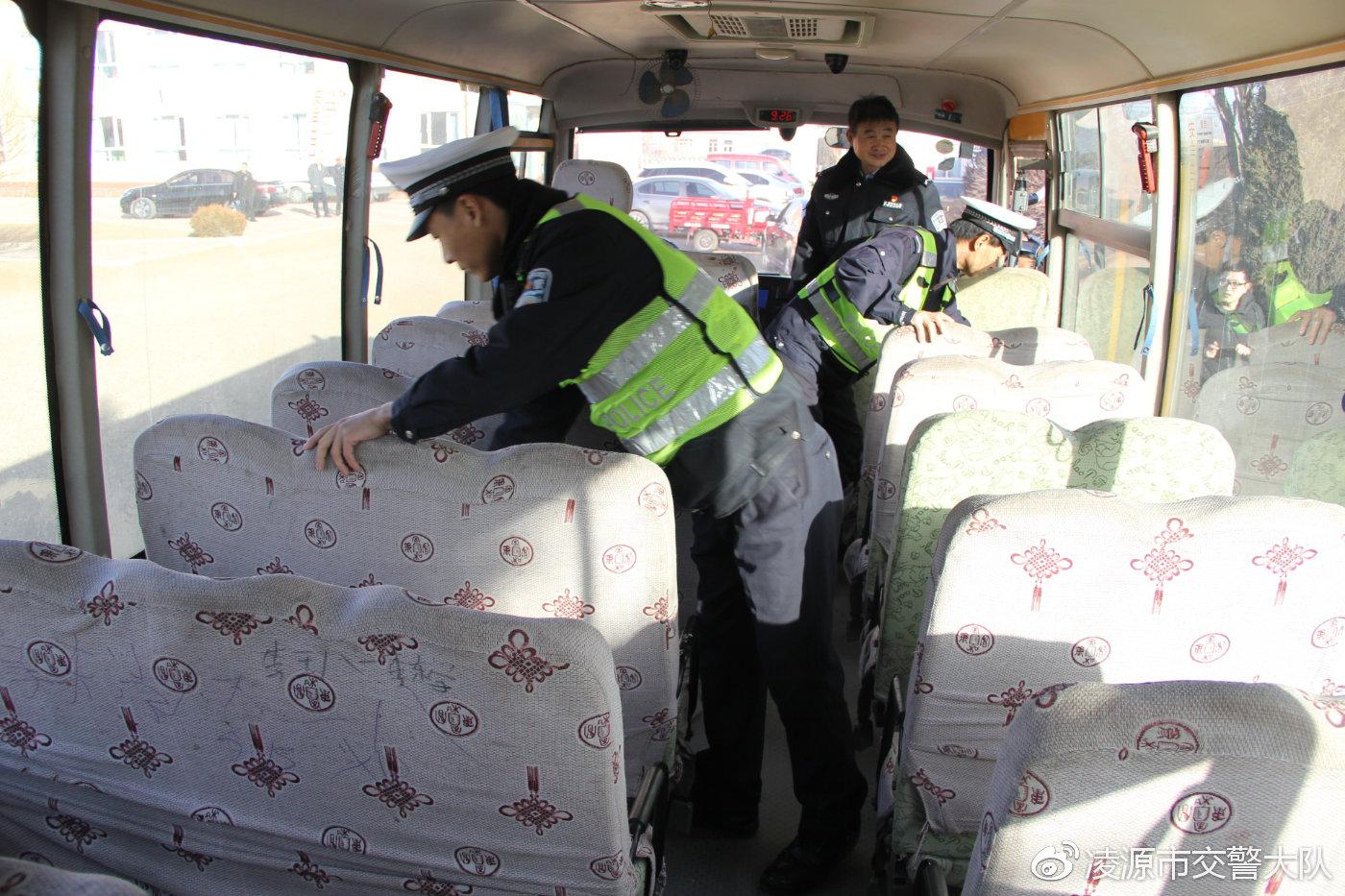 民警对校车座位、安全带和安全锤配置进行安全检查