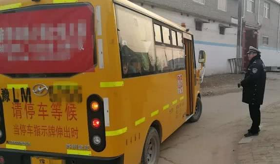 漯河一男子手持C证却驾驶超载校车上路 被罚2300元扣12分