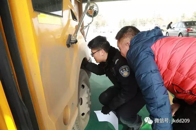 经开区交警寒假期间开展校车安全检查与宣传教育活动