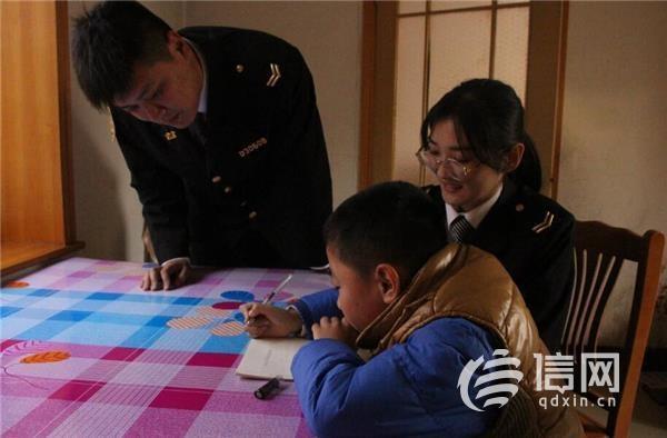 温馨校车志愿者探望贫困生 给孩子送去学习用品