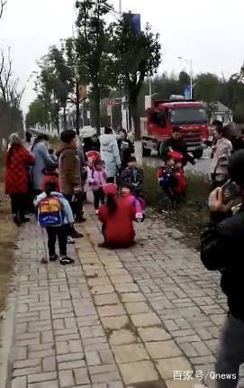 湖南常德一幼儿园校车侧翻 1名学生受轻伤