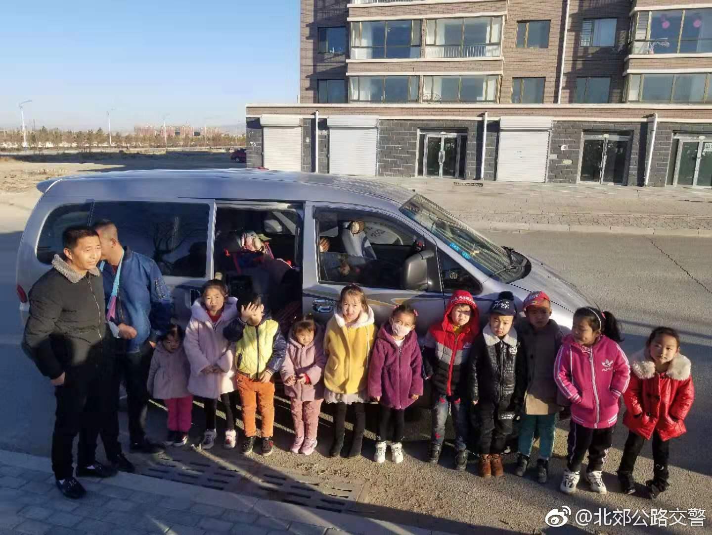 内蒙古包头:北郊大队查获一起黑校车