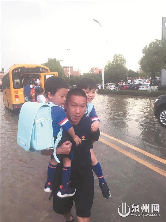 校车涉水熄火 消防员抱出10多名儿童