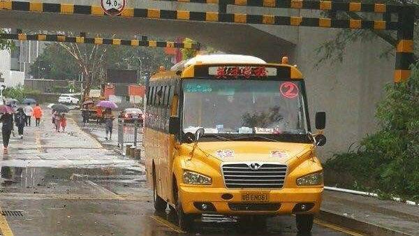 暴雨致校车被困涵洞! 龙城街道主要领导一线指挥紧急救援