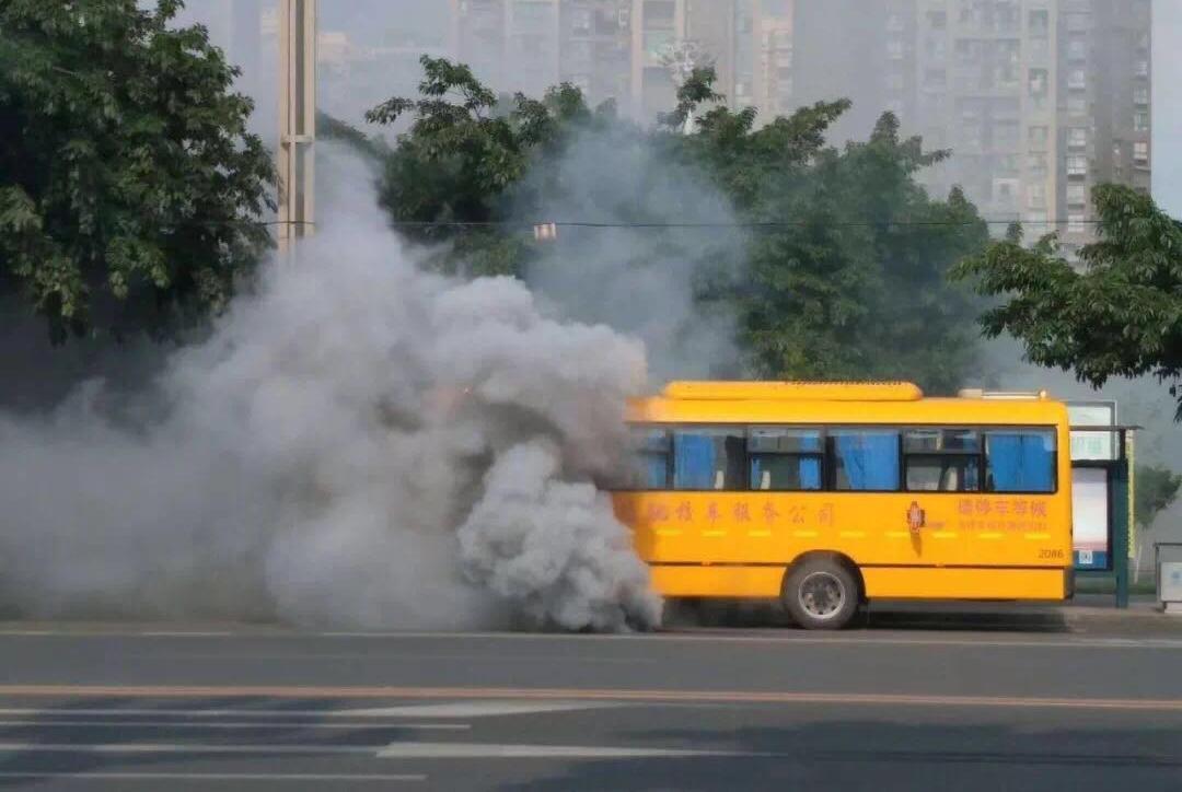 校车行驶中突然浓烟滚滚 车上载有20多名小学生