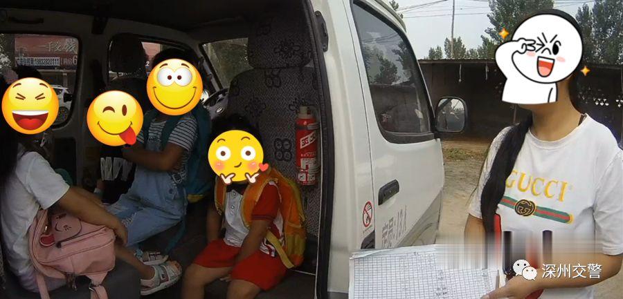 校车超载被民警查获 及时消除交通安全隐患