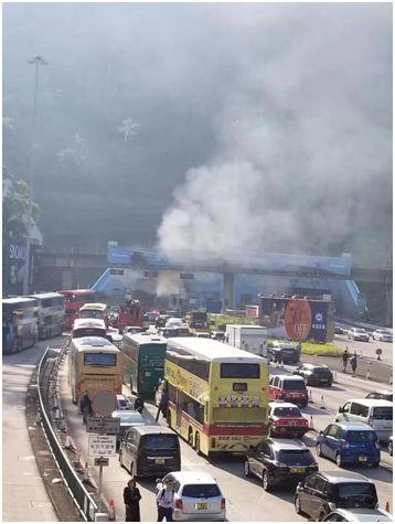 """""""他们想让香港瘫痪!""""暴徒对市民淋泼易燃液体、朝校车前扔汽油弹……"""