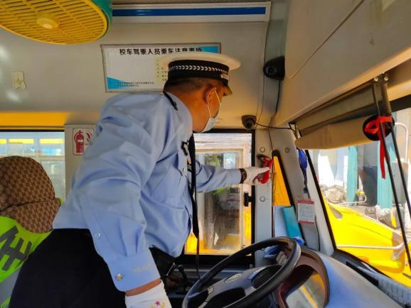 洮南公安交巡警对校车驾驶人进行复学前安全培训
