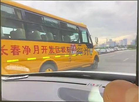 长春净月第一实验学校校车别停私家车?市民气愤报警!