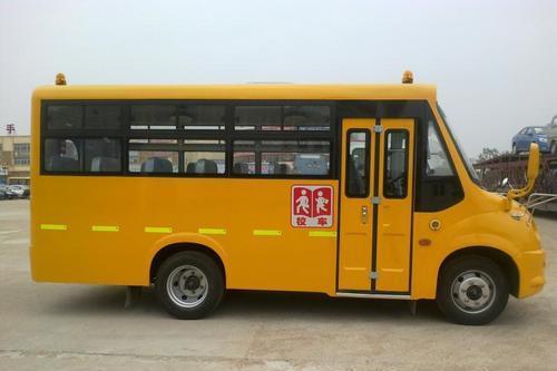 """""""校车起火了,孩子们跟我来!"""" 四川自贡沿滩开展校车应急逃生演练"""