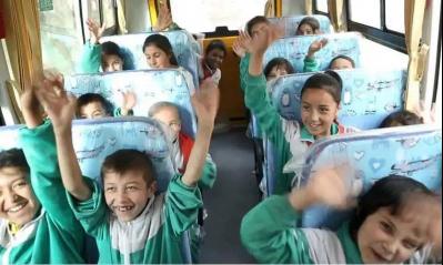 新华保险向新疆依其拜勒提村捐赠校车