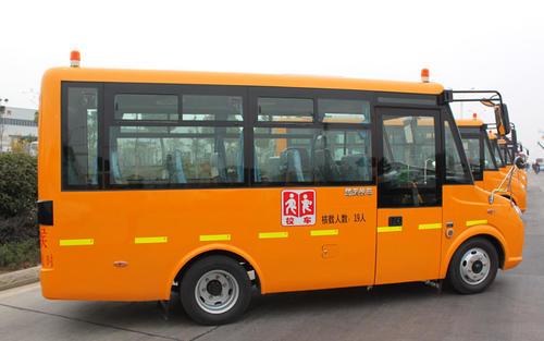 校车超载17人 司机和车长皆获刑罚