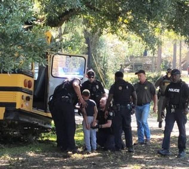 美国11岁男孩偷幼儿园校车飙车 警方追逐30分钟将其逮捕
