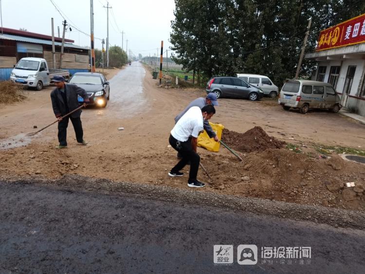 最美校车人:交运校车驾驶员义务垫土修路 方便过往行人