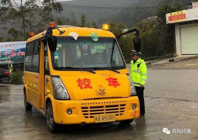 宾阳一校车违法超员,司机被罚2000元
