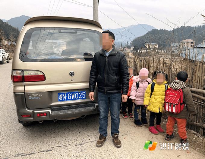 """湖南洪江""""黑校车""""偷偷运载学生,被逮正着"""