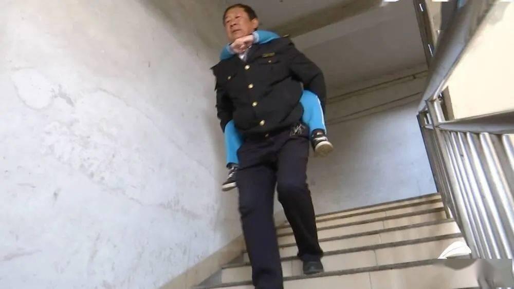 """我是你的双腿!山东56岁""""校车爸爸""""背起""""渐冻""""男孩上学"""
