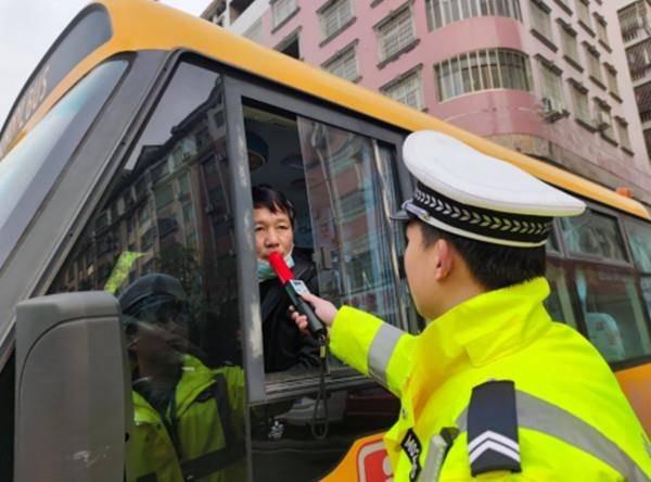 永州冷水滩:校车执法新举措 严查校车驾驶员酒驾行为