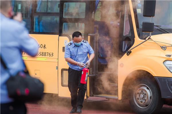 """校车困境与破局系列报道之一 :筑牢校车安全还需政策""""添把火"""""""
