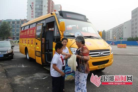 山东临沂城区校车上紧安全锁高科技武装校车