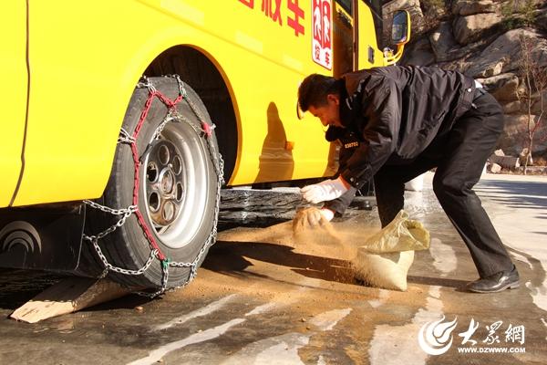 冰雪天气袭来,2000辆交运校车安装防滑链