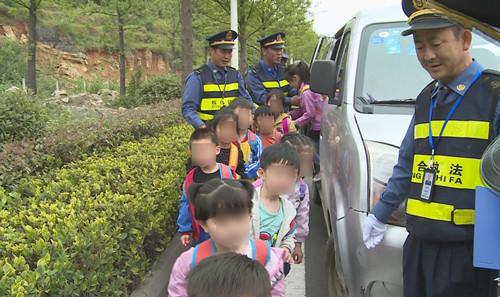 """一辆满载14名孩子的""""黑校车""""被查处"""