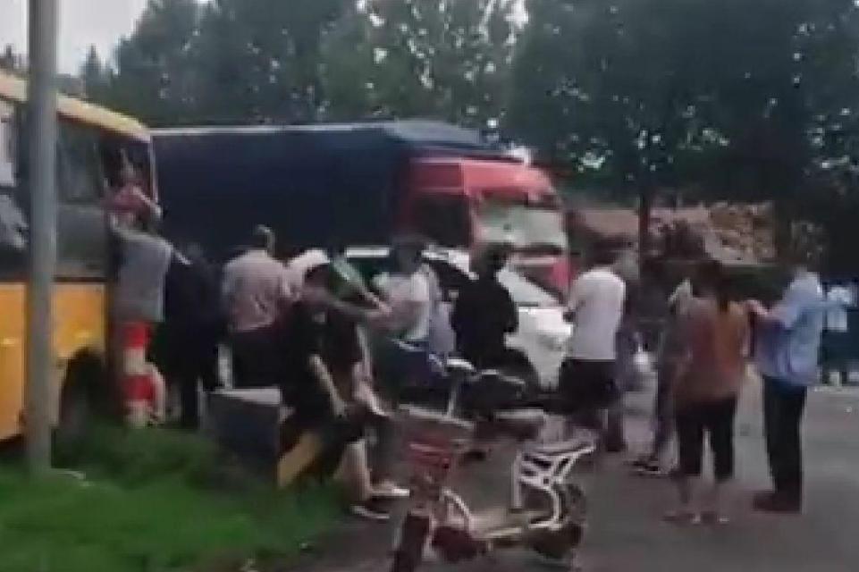 山东淄博一校车被货车追尾,车上26名学生2人骨折送医