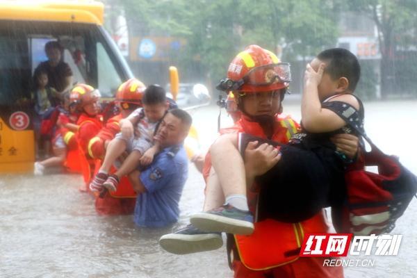 """暴雨袭城!校车被困!常德消防交警搭""""人桥""""抱出22名幼儿"""