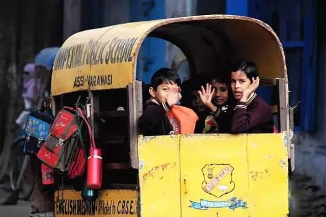 世界校车大PK,日本校车让孩子抢着上学,俄罗斯校车让孩子害怕