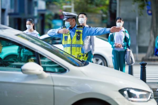 返校首日,广州交警出动3100余警力全程护航