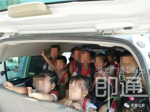 河北石家庄查处一辆黑校车 仅5座位却塞进35名幼童