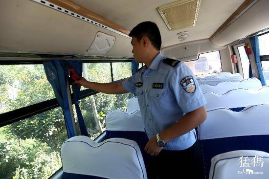 河南郑州53家幼儿园小学校车排队体检 不合格要处罚