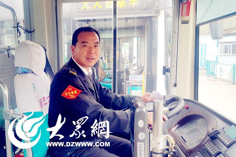 男子骑摩托时癫痫发作 校车司机援手相助
