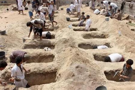 富国空军用上百万炸弹掀翻校车 穷国百姓只能挖土安葬遇难儿童