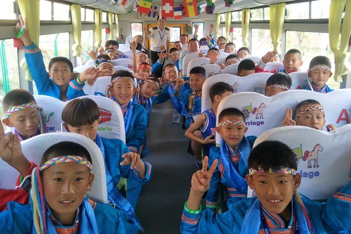 """温馨校车助力""""哥德杯中国""""交通保障 主题车厢尽显中国文化魅力"""