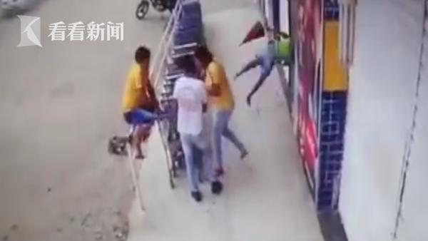 天降横祸!校车突然爆胎钢圈被炸飞 正好砸中过路女子致其死亡
