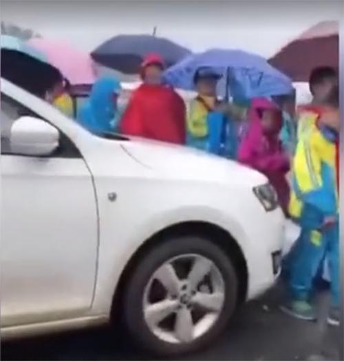 菏泽女司机冒雨与学生抢行,看看国外是如何用校车保护孩子的