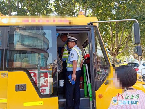 校车违规上下学生 交警及时查处消除安全隐患