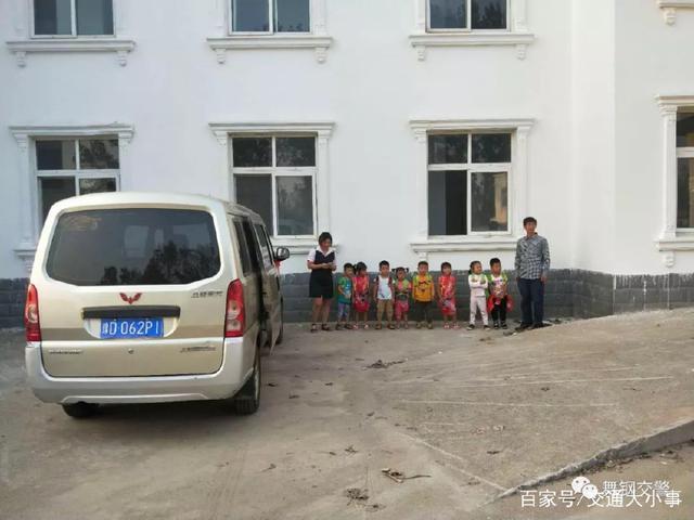 典型黑校车:核载8人,实载30人,其中28人为幼儿