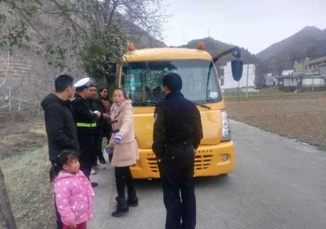 山阳科教局联合交警大队开展冬季校车安全隐患检查