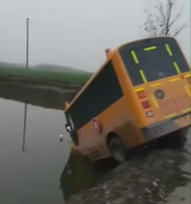 南阳邓州一幼儿园校车冲进池塘,家长反映车辆超载车速过快